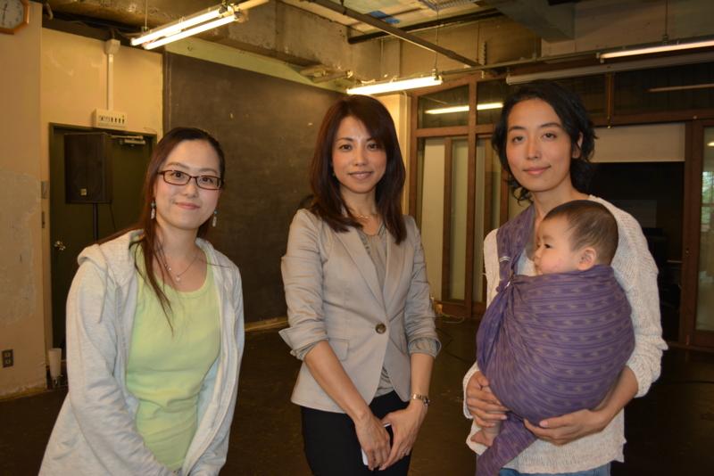 おしゃべり会を終え、笑顔を浮かべる参加者のお母さん(写真右・左)と講師の石川さん(写真中央)