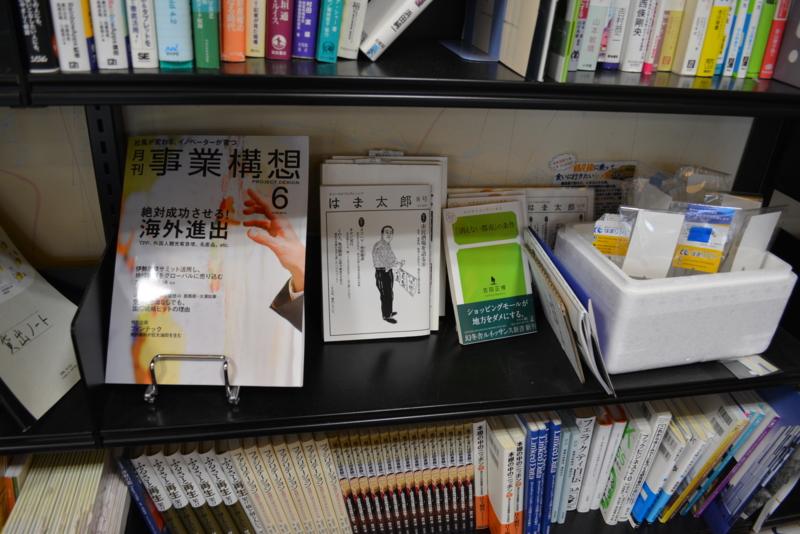 ラボ図書環には多種多様な本が並んでいます