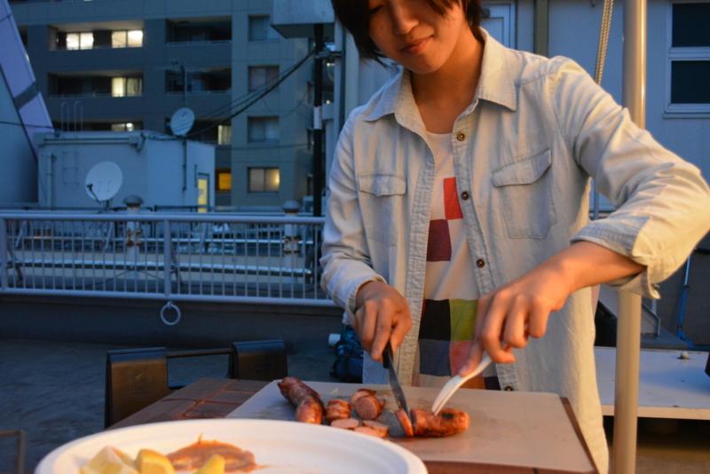 お肉を切って